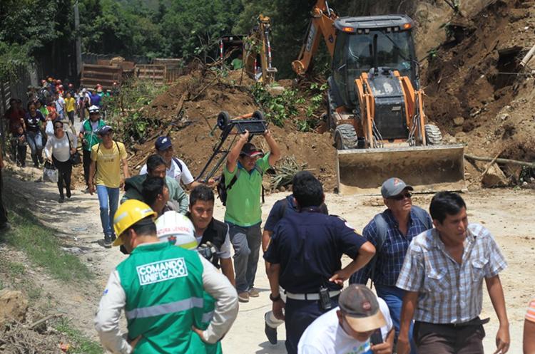 El paso de los vecinos de Boca del Monte han sufrido para llegar a su destino. (Foto Prensa Libre: Esbin García)