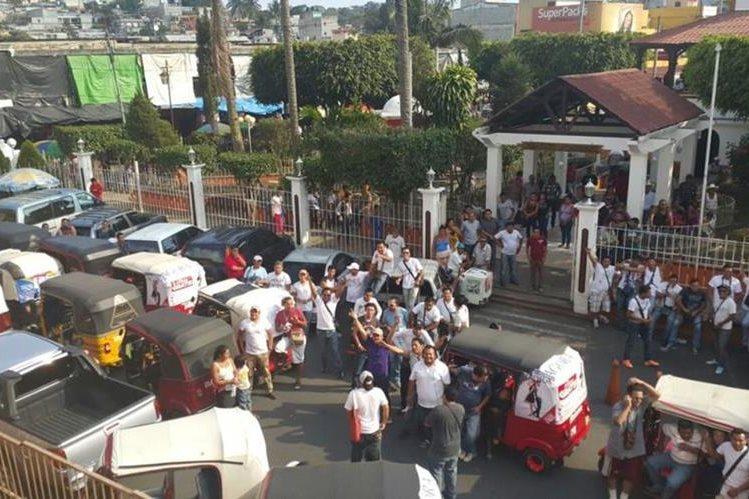 Vista de la protesta de conductores de mototaxis en Barberena, Santa Rosa. (Fotos Prensa Libre: Oswaldo Cardona)