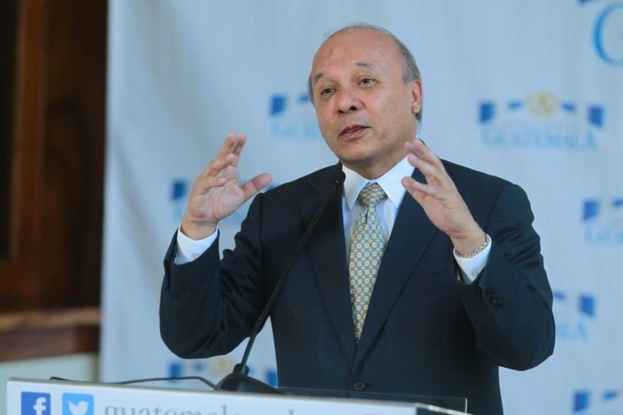 El ministro de Cultura, Luis Chea, anuncia la cancelación de la onerosa compra de trompos, en conferencia en la Casa Presidencial. (Foto Prensa Libre: Álvaro Interiano)