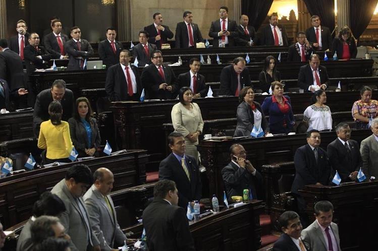 Los diputados de Líder se distinguieron por utilizar corbatas. El pasado martes, muchos ya no portaron nada de ese color. (Foto Prensa Libre: Hemeroteca PL)