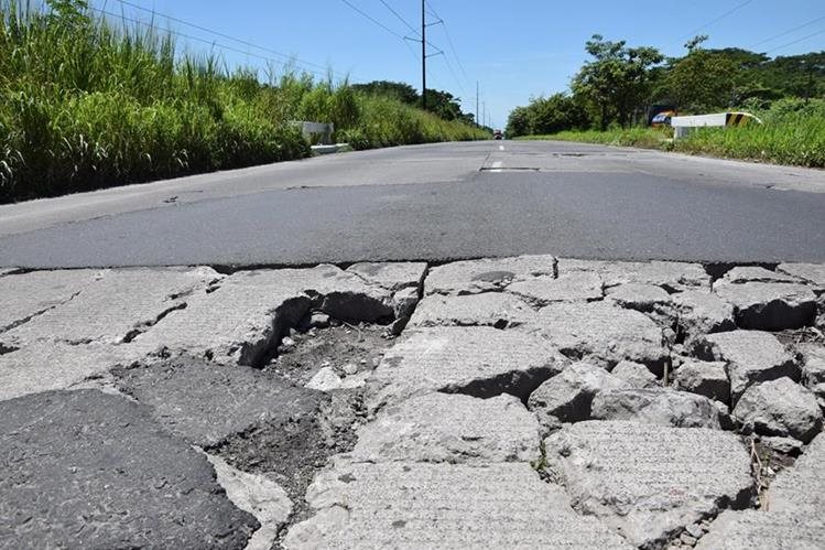 A la altura del kilómetro 74 del Puerto San José a EScuintla el trayecto es pésimo. (Foto Prensa Libre: Carlos Paredes).