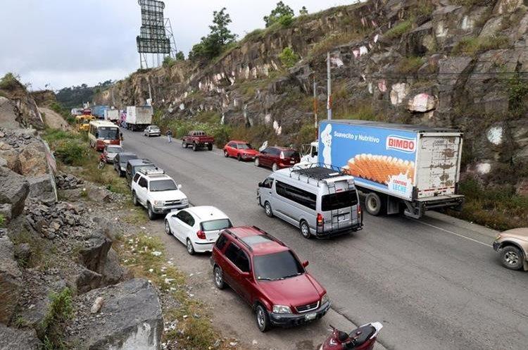 Estudiantes de la Usac en Huehuetenango bloquean el paso en la ruta Interamericana, para exigir más presupuestos para esa casa de estudios. (Foto Prensa Libre: Mike Castillo)