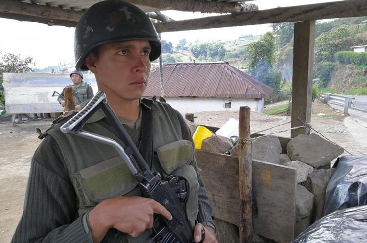 El Ejército de Guatemala se mantiene en los puestos de registro.