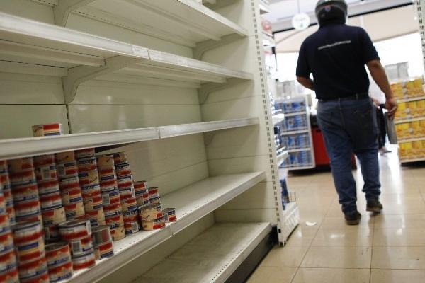 <p>Los venezolanos padecen por no encontrar productos en las tiendas y supermercados debido a las deudas del Gobierno. (Foto Prensa Libre: Archivo)<br></p>