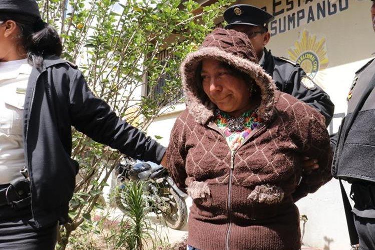 Alicia Canel Grande es trasladada a la subestación de la PNC de Sumpango. (Foto Prensa Libre).
