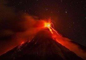 Volcán de Fuego arroja lava y ceniza.