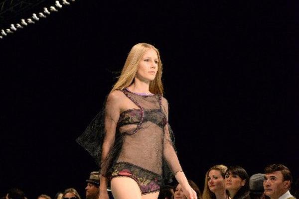 Una modelo presenta un bikini con camiseta transparente a juego del diseñador español Custo Barcelona. (Foto Prensa Libre: EFE)