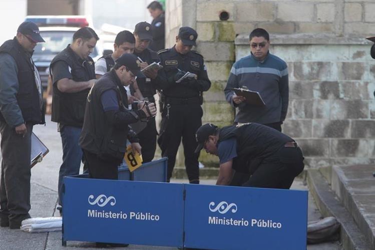 Peritos del MP y agentes de la PNC trabajan en el lugar donde se encuentran los cadáveres de tres mujeres en la zona 6 capitalina. (Foto Prensa Libre: Erick Ávila)