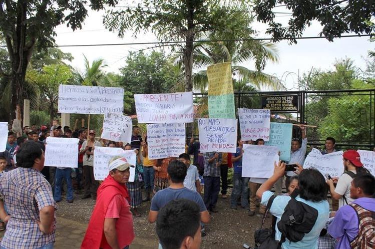 Integrantes del CUC manifestaron frente a la municipalidad de El Estor, Izabal, para mostrar su inconformidad por los constantes desalojos. (Foto Prensa Libre: Dony Stewart)