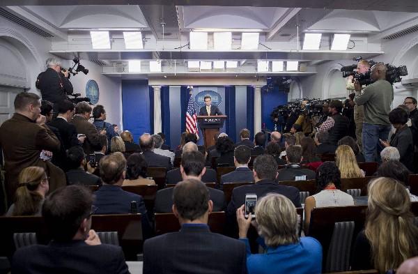 Josh Earnest, secretario de Prensa de la Casa Blanca celebra su última conferencia. (EFE).