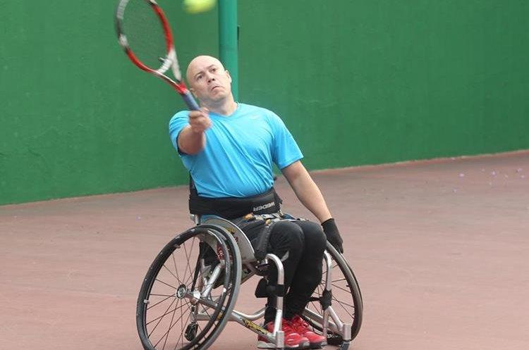 Julio Rueda se entrena todos los días en las instalaciones de tenis de la zona 5. (Foto  Prensa Libre: Fernando López R.)