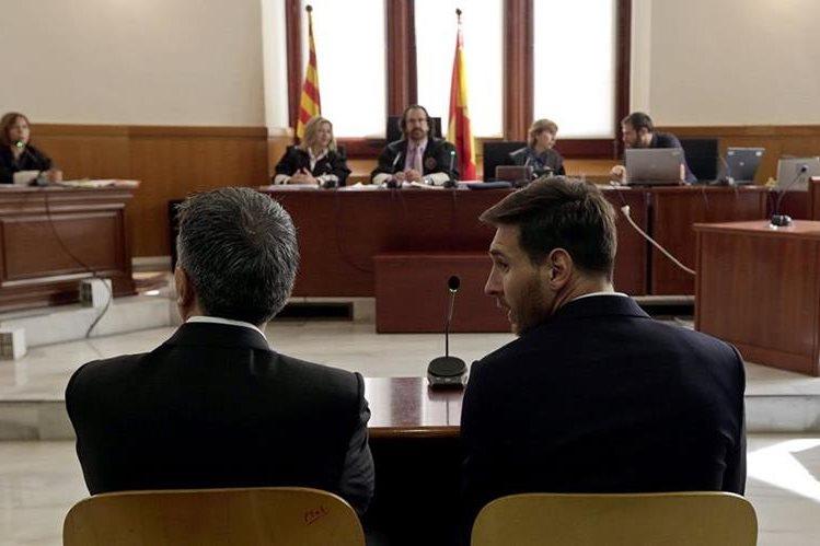 Jorge Messi y el jugador Lionel Messi declaran ante un juez por las acusaciones en su contra de fraude fiscal. (Foto Prensa Libre: AP)