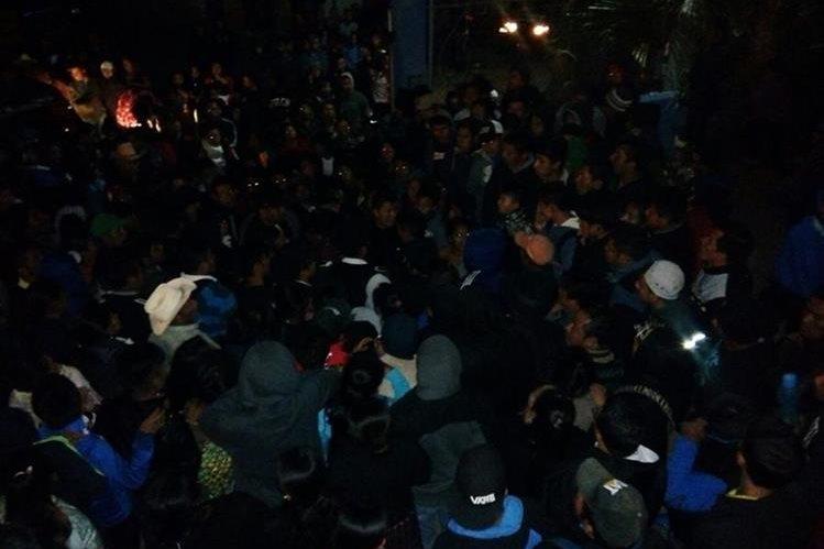 Pobladores se reunieron para detener a cuatro hombres por aparentes vínculos con el Barrio 18. (Foto Prensa Libre: Ángel Julajuj)