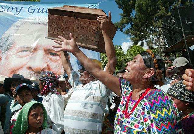 Familiares de las víctimas muestran los féretros a los eferregistas, mientras les llamaban asesinos y reclamaban justicia. (Foto: Hemeroteca PL)