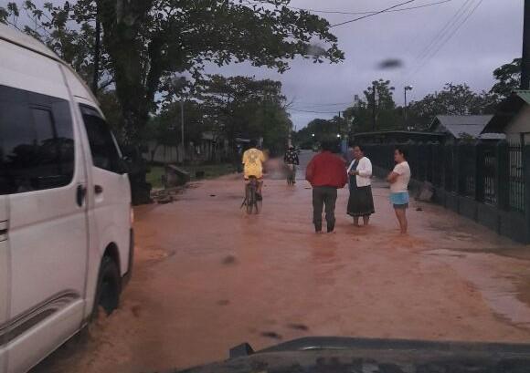 Desborde del río Tenedores afecta paso de vehículos. (Foto Prensa Libre: Dony Stewart).