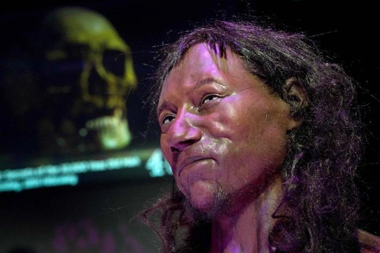 """Según investigadores, el """"Cheddar Man"""" tenía una esperanza de vida de 20 años y llegaba a medir 1.66 metros. (Foto Prensa Libre: AFP)"""