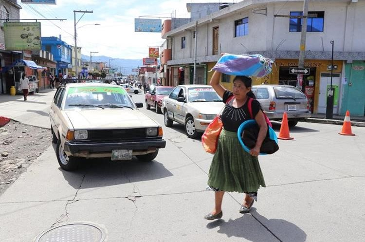 Una de las comerciantes que tuvo que caminar más de un kilómetro para poder llegar a la cabecera departamental.(Foto Prensa Libre: Whitmer Barrera)