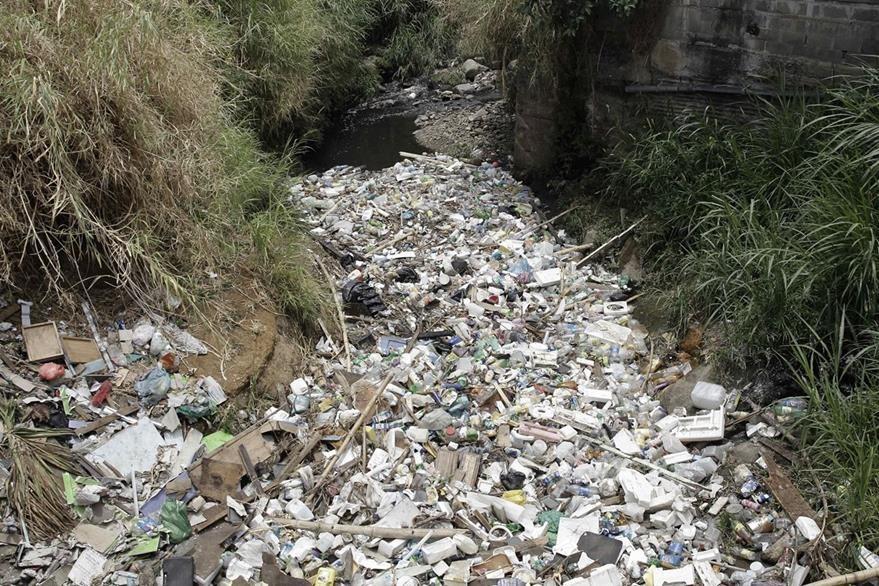 Fotografía que muestra una gran cantidad de basura arrojada al río La Cangreja, en Copey de Tibás (Costa Rica). (Foto Prensa Libre: EFE).
