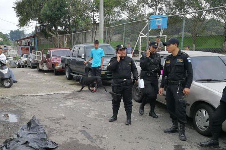 Recuperan cadáver que cayó al relleno sanitario. (Foto Prensa Libre: Estuardo Paredes)