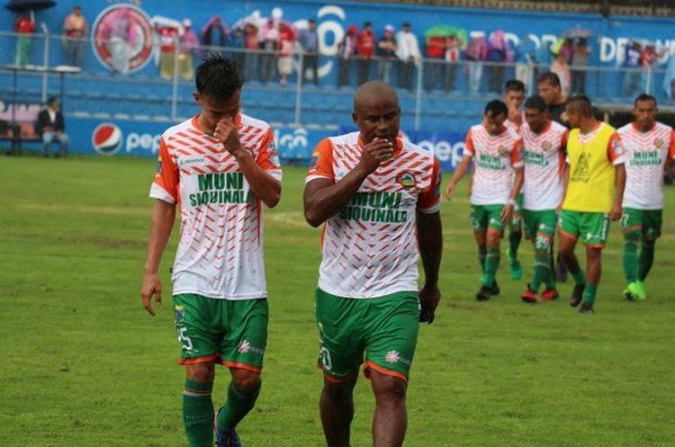 Los jugadores de Siquinalá muestran su decepción al terminar el encuentro. (Foto Prensa Libre: Raúl Juárez)