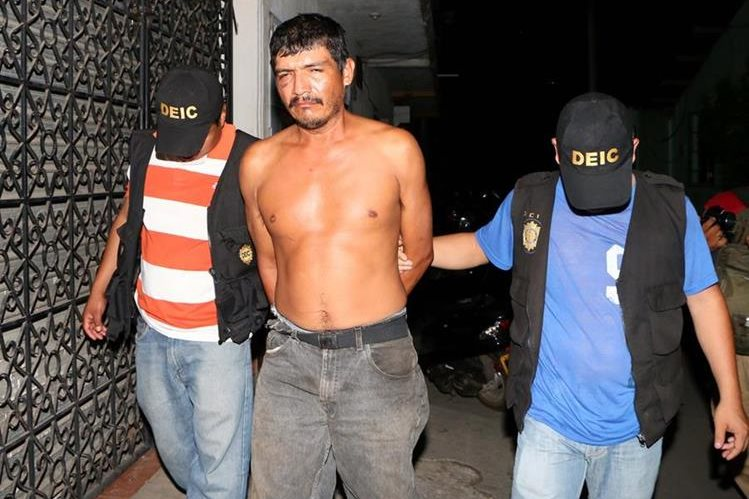 Elmer Leonardo Yagut Martínez es capturado por agentes de la PNC en la cabecera de Retalhuleu. (Foto Prensa Libre: Rolando Miranda)
