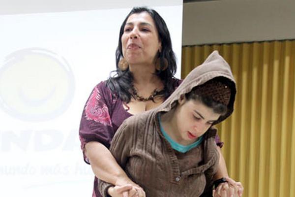 <p>A maría Fernanda, de 16 años, le encanta sentir la brisa cuando va en lancha, cuenta su madre. (Foto Prensa Libre: Brenda Martínez)</p>