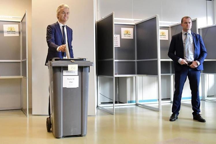 El xenófobo y ultraderechista Geert Wilders vota en La Haya. (Foto Prensa Libre: AFP)