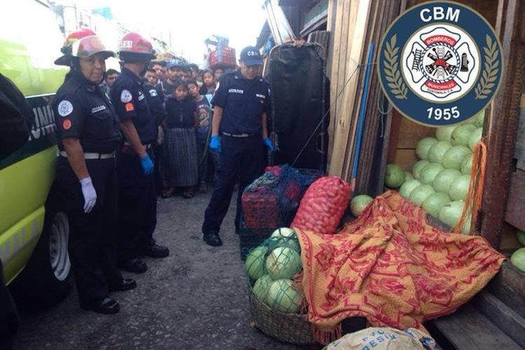 El cuerpo de Meregildo Quinteros Donis quedó sobre la venta de sandías que pretendía vender este sábado. (Foto Prensa Libre: Bomberos Municipales)