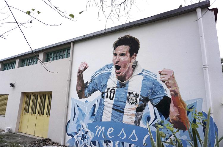 En las calles de Rosario, la imagen de Lionel Messi adorna las paredes por la admiración al futbolista. (Foto Prensa Libre: AFP)