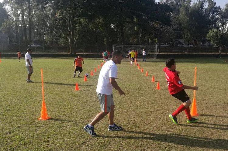 La escuela Dar fútbol atiende miércoles y jueves de 15 a 16:30 horas en las canchas del Cejusa. (Foto Prensa Libre: Cortesía)