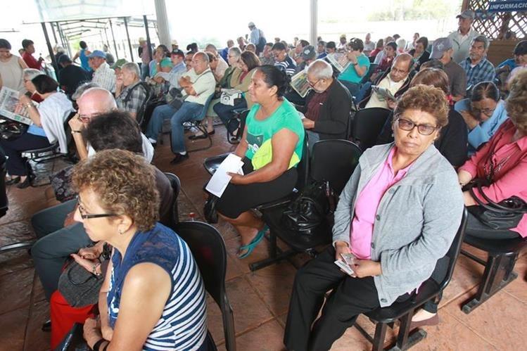 Pensionados del IGSS protestan por la recurrente falta de medicamentos y denuncian malos tratos de parte del personal que labora en el Camip de Pamplona, zona 13. (Foto Prensa Libre: Esbin García)