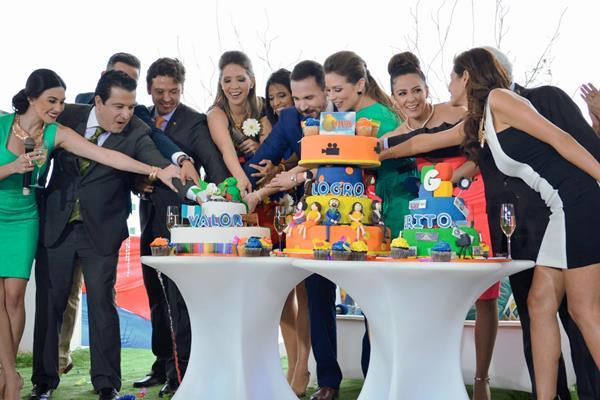El equipo del programa, entre ellos su creador, Ricardo García Santander, cortan el pastel durante la transmisión del pasado 27 de febrero. (Foto Prensa Libre, cortesía Guatevisión)