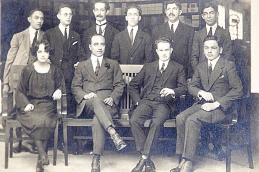 Fundadores de El Imparcial. En el extremo derecho, sentado, César Brañas (1924).
