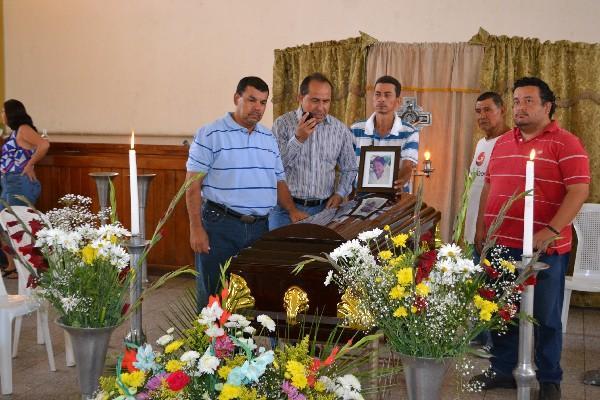 <p>Comunicadores de Zacapa acompañan el féretro de la víctima,  Luis de Jesús Lima.</p>