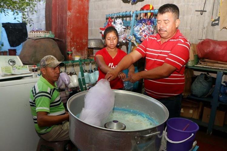 Ramón Ramírez, Ana Ramírez y Tomás García, hacen algodón de azúcar en su vivienda ubicada en la zona 1, en la cabecera de Retalhuleu. (Foto Prensa Libre: Rolando Miranda)