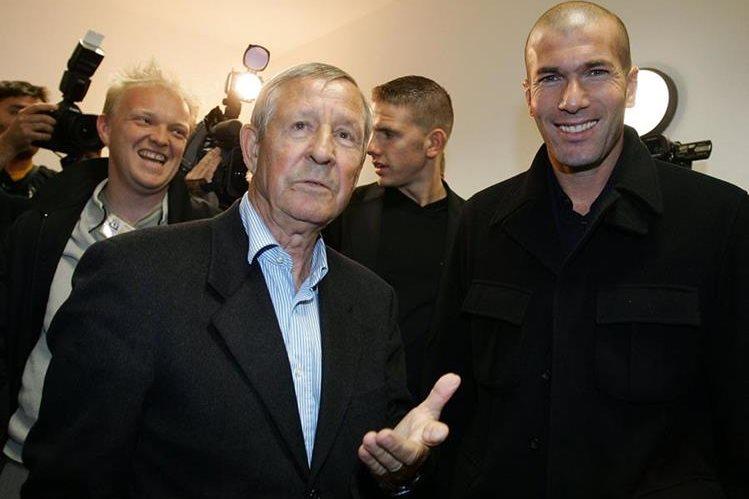 El exjugador del Real Madrid, Raymond Kopa junto al actual técnico merengue Zinedine Zidane, en una fotografía de archivo de 2007. (Foto Prensa Libre: AFP)