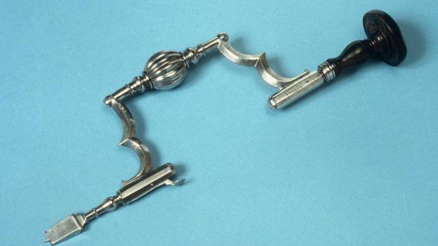 Esta herramienta para agujerear el cráneo se usó en Alemania en el siglo XVIII. SCIENCE PHOTO LIBRARY