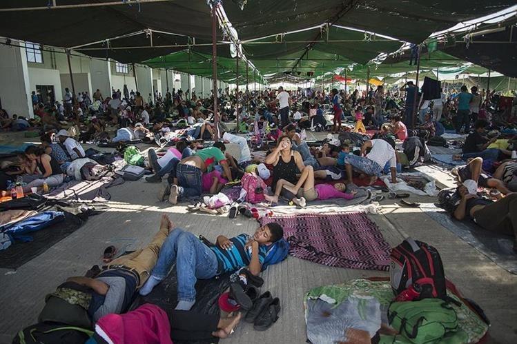 Integrantes de la caravana de migrantes centroamericanos que se dirigen a Estados Unidos descansan en el municipio de Juchitán, en el estado de Oaxaca (México). (Foto Prensa Libre: EFE)