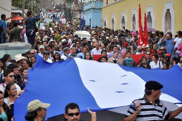 Varias personas portan una bandera de honduras durante el sepelio de Berta Cáceres. (Foto Prensqa LIbre;EFE).