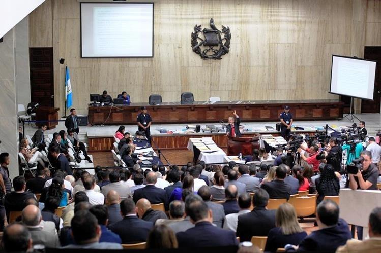 El juez Miguel Ángel Gálvez consideró que existen indicios suficientes para procesar a 53 personas por el caso cooptación del Estado. (Foto Prensa Libre: Esbín García)