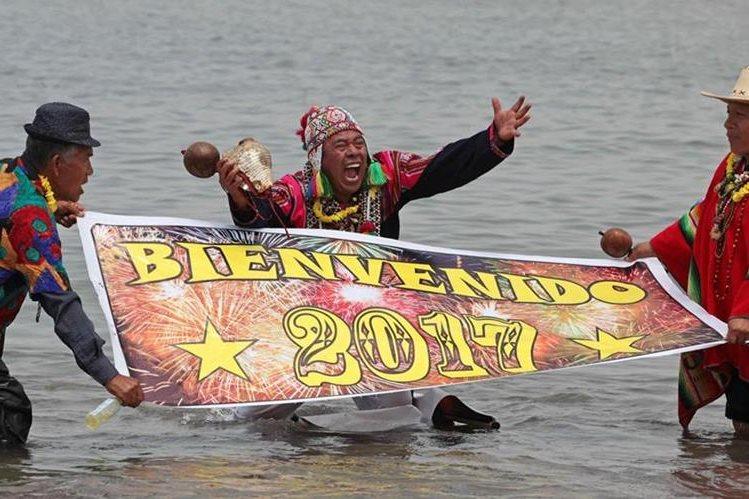 Chamanes peruanos durante un ritual para atraer la suerte, junto al mar de la ciudad de Lima, Perú, en las primeras horas del 2017. (Foto Prensa Libre: EFE).