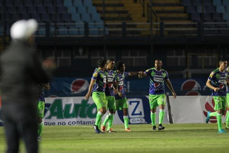 Los jugadores de Antigua GFC festejan después del gol de Enrique Miranda. (Foto Prensa Libre: Norvin Mendoza)
