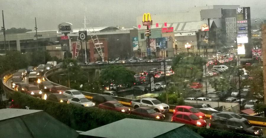 Tránsito complicado en calzada Roosevelt y 22 avenida zona 11. (Foto Prensa Libre: @Gtafit0).