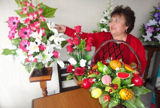Violeta Ángel de Chávez, de San Marcos, suma 29 años elaborando verdaderas obras de arte con las flores. (Foto Prensa Libre: Genner Guzmán)