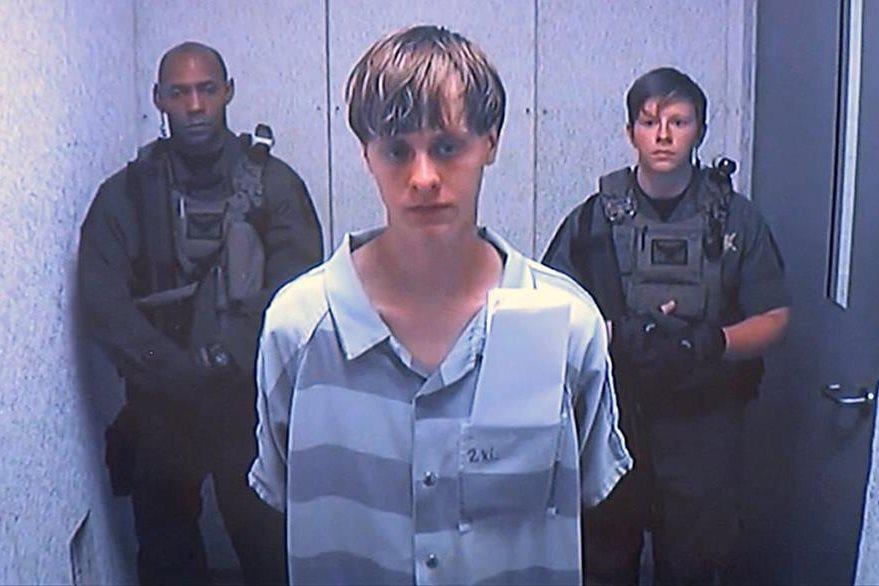 Dylann Roof de 21 años, acusado del asesinato de nueve afrodescendientes en Charleston, Carolina del Sur, al momento de ser trasladado por policias. (Foto Prensa Libre: AP).