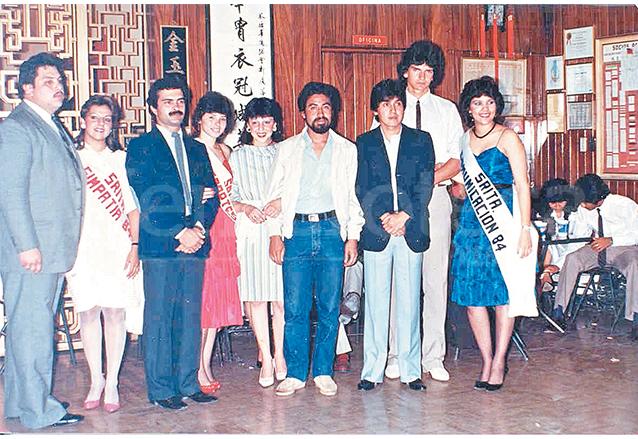 Arjona con un grupo de amigos de la Usac, en 1984. Entre ellos, Lety Mauricio y Norma De León (ambas con bandas), y el profesor Mario Recinos (de barba). (Foto: Hemeroteca PL)
