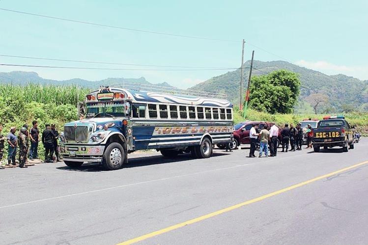 Autoridades inspeccionan  el autobús en el que ocurrió el asalto, en Escuintla.  (Foto Prensa Libre: Melvin Sandoval)