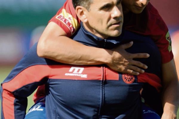 Renato sale en hombros del preparador físico Ezequiel Barril.