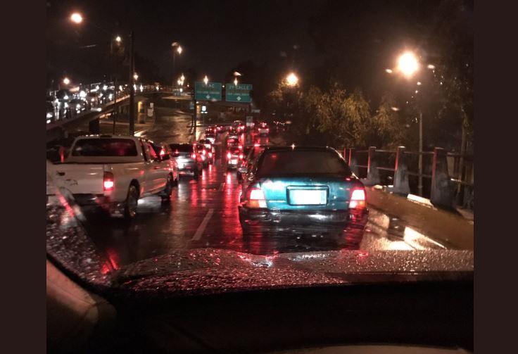 A las 22 horas continuaba el tránsito complicado. (Foto Prensa Libre: @Pmiranda_f).