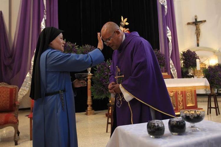 El primero en colocarse la cruz es el Padre para poner el ejemplo a la congregación.
